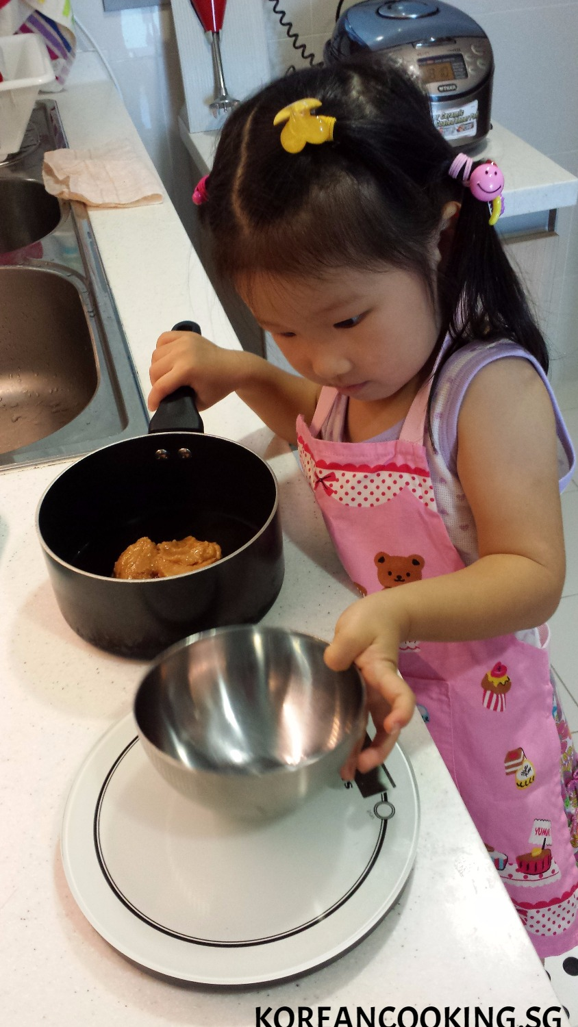 MY DAUGHTER HAS STARTED COOKING WHEN SHE TURNED ONE:)